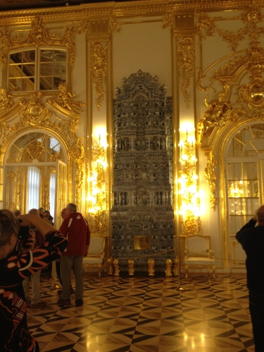 One of the white-walled rooms adorned with gold. Fireplaces made with Delft tiles stood sentinel-like in corners and on prominent walls.
